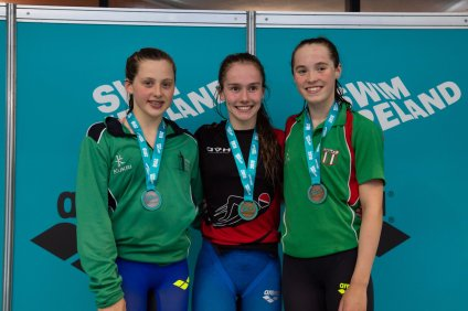 JULIA KNOX (centre)– 400IM GOLD & IRISH CHAMPION, Julia had an excellent return from 7 events, racking up 5 GOLDS and 2 Silver medals.